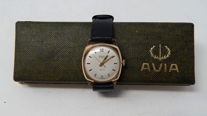 Avia Swiss 17 jewel manual wind, 9ct gold wristwatch